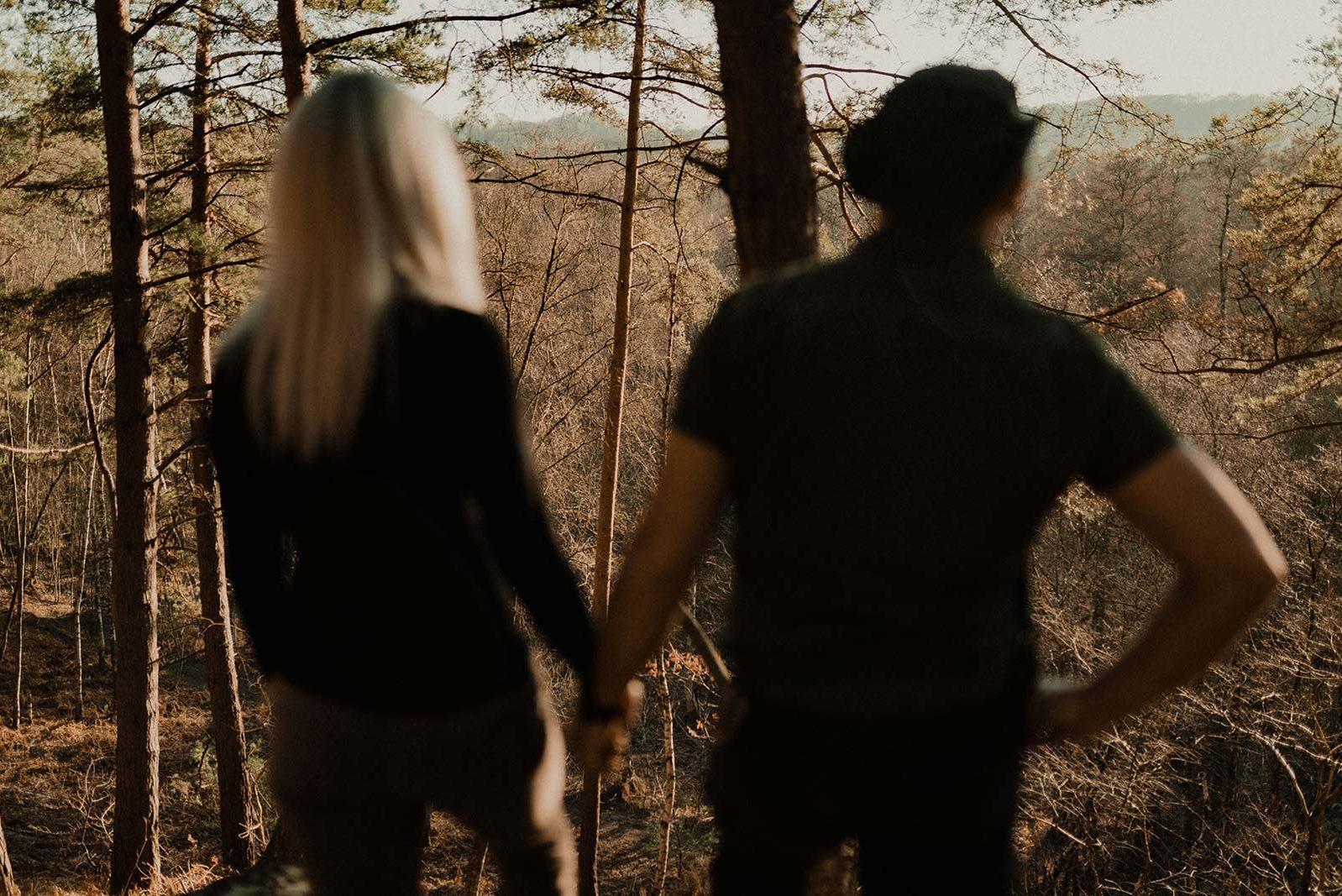 Couple face à la nature en pleine forêt.
