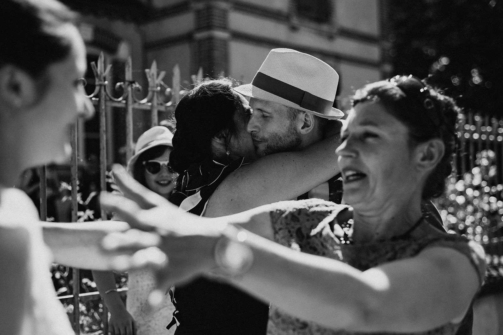 Les convives félicitent les mariés à la sortie de la mairie.