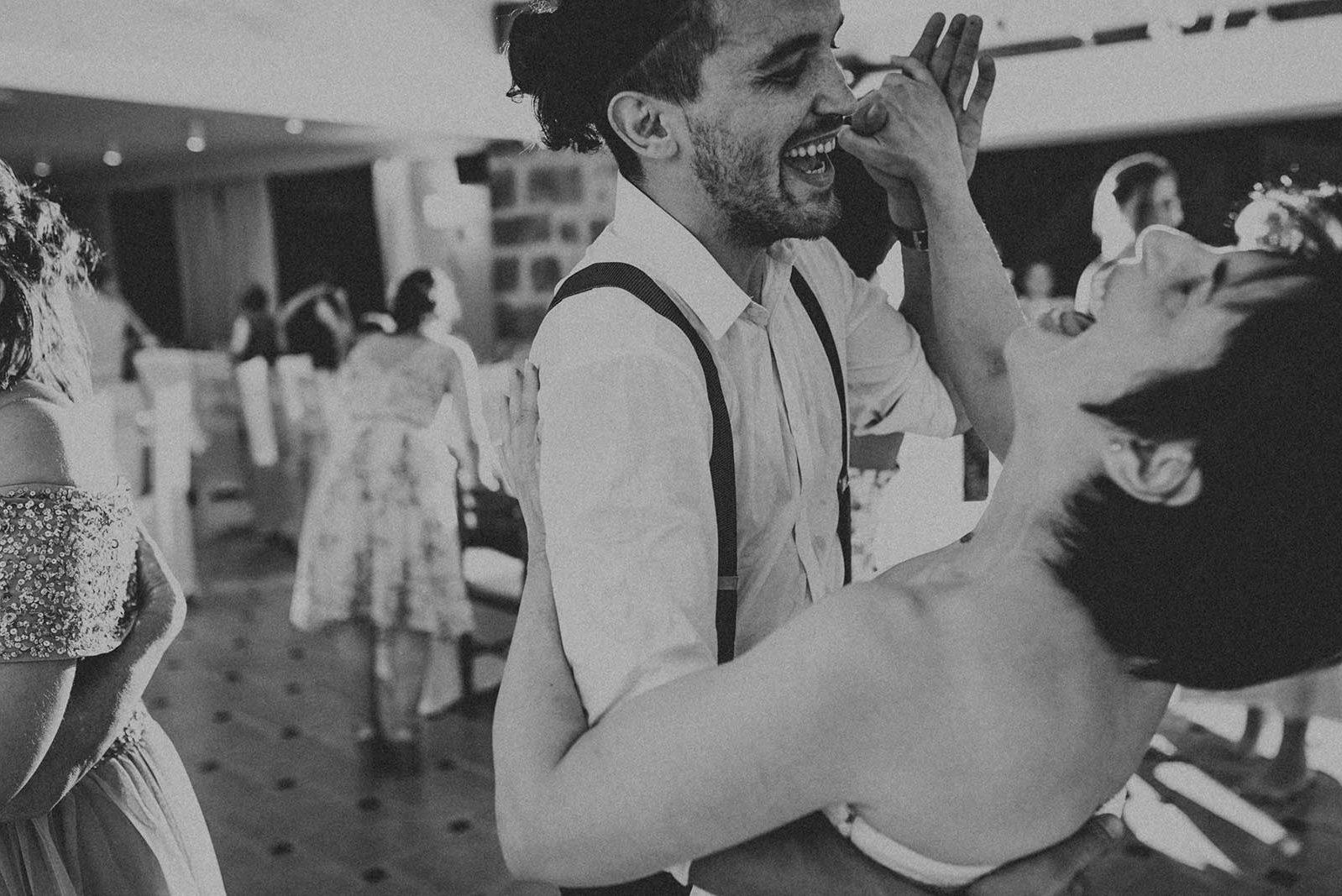 Les invités dansent à une soirée de mariage.
