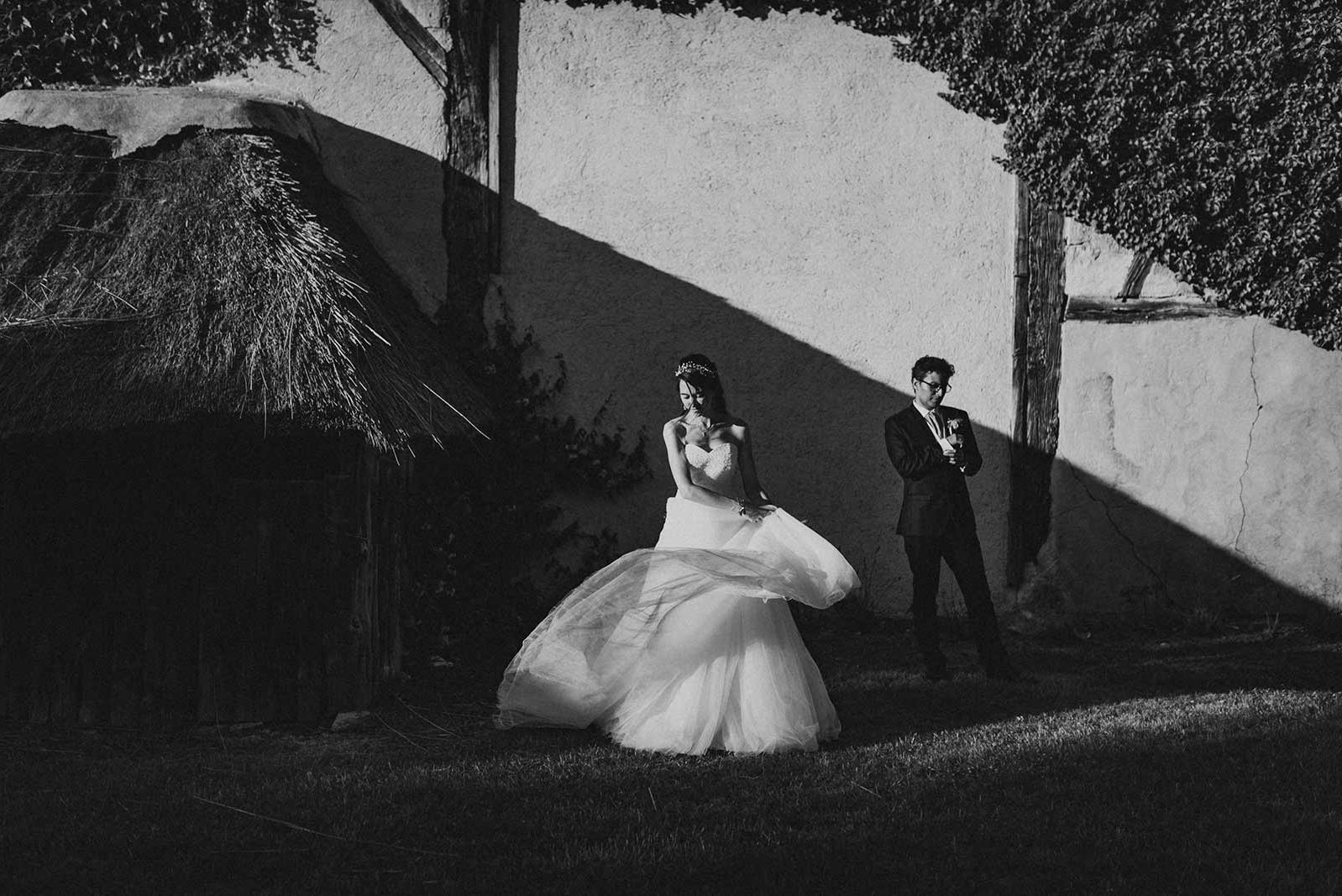 Mariés en noir et blanc, style ancien.
