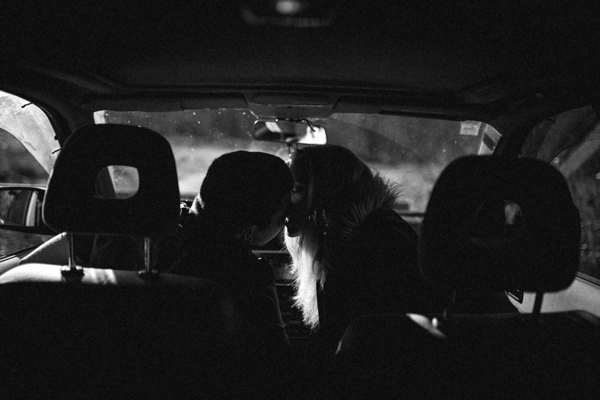 Couple qui s'embrasse dans une voiture.