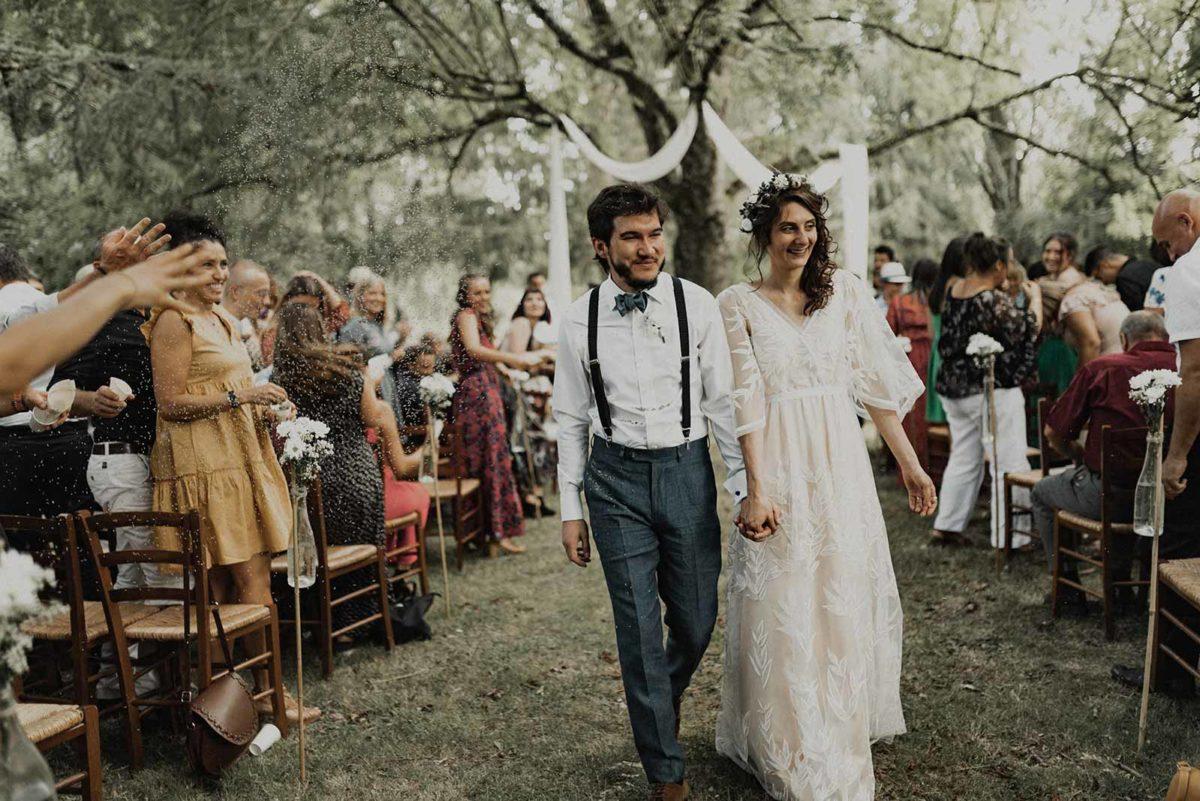 Les mariés quittent la cérémonie laïque.