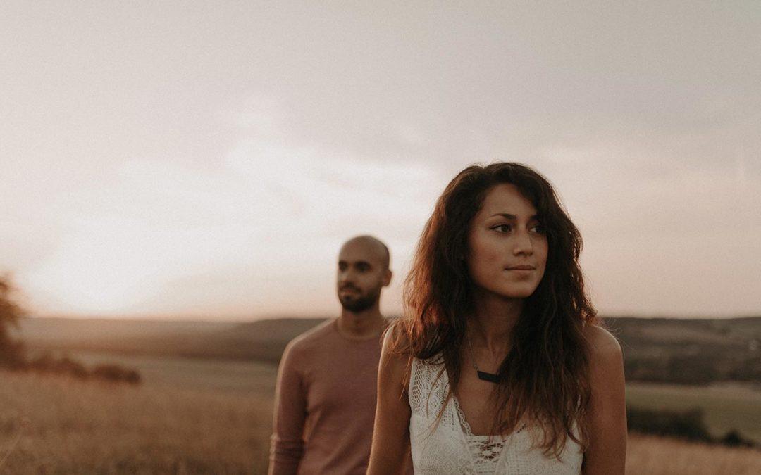 Noémie et Cyril – Séance couple bohème offerte en carte cadeau